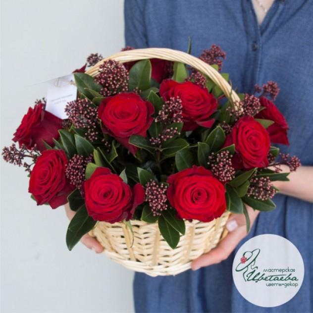 Корзинка с красными розами